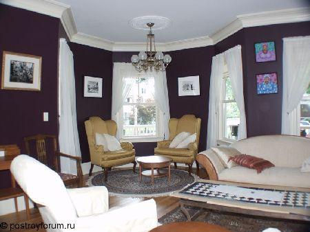 дизайн гостиной с черным потолком