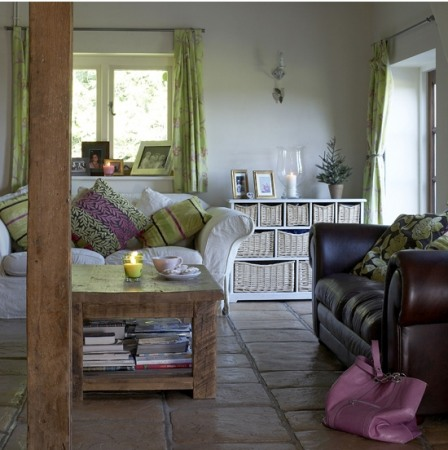 дизайн гостиной с кожаным диваном